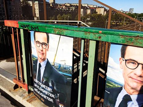 """Kokoomuksen puheenjohtaja Ulf Kristersson on yksi vaihtoehto Ruotsin seuraavaksi pääministeriksi. """"Oikeudet, velvollisuudet, mahdollisuudet. Samat kaikille"""", lukee hänen vaalijulisteessaan Tukholman Kungsholmenilla."""