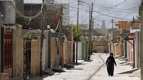 Nainen käveli kadulla Tuz Khurmatossa, Irakissa. Irakista tulevien on nykyään vaikeampi saada oleskelulupaa Suomessa.