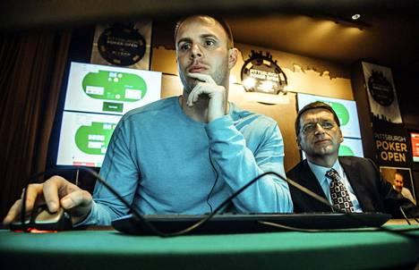 """""""Vähän masentava"""", luonnehti pokeriammattilainen Jason Les (vas.) pokeriturnausta, jossa hän pelasi Tuomas Sandholmin (oik.) tekoälyä vastaan."""