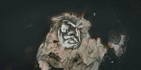 Taiteilija David Popa maalasi huhtikuussa Itäiselle Käärmeluodolle kuvan vastasyntyneestä vauvasta.