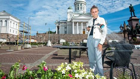 Bella-Fia Hedman kasteli kukkia maanantaina Senaatintorilla. Aurinkoisena päivänä kasteluun kuluu aikaa jopa seitsemän tuntia.