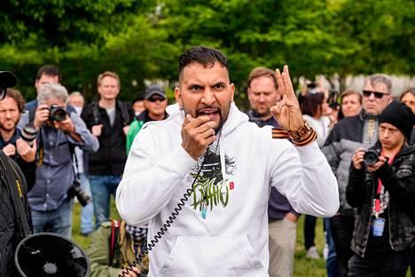Attila Hildmann pitämässä koronatoimien vastaista palopuhettaan Valtiopäivätalon edustalla Berliinissä toukokuun lopussa.