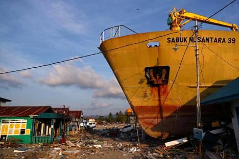 Tsunamin rannalle heittämä laiva Sulawesissa 3. lokakuuta.