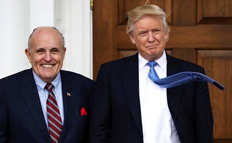 Asianajaja Rudy Giuliani ja Yhdysvaltain presidentti Donald Trump ennen virkakauttaan Trump National Golf -kerholla Bedminsterissä New Jerseyssä marraskuussa 2016.