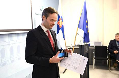 Sisäministeri Kai Mykkänen seksuaalirikosten ennaltaehkäisyä ja torjunnan toimenpiteitä käsittelevässä tiedotustilaisuudessa keskiviikkona.