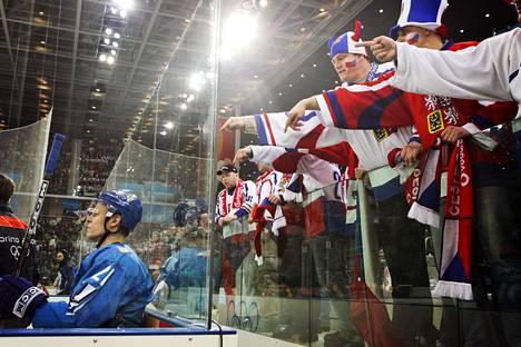 Tsekin kannattajat osoittelivat syyttävällä sormella jäähyllä istuvaa Koivua Torinon olympialaisissa vuonna 2006.