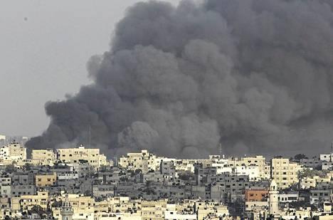 Savu nousi Israelin maaiskun jäljiltä Gazan kaupungin itäosan ylle keskiviikkona.