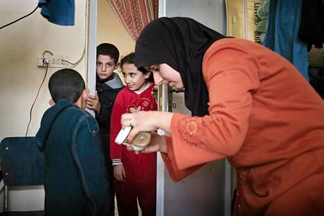 Syyrialainen perhe asuu koulussa Libanonin puolella rajaa.