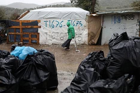 Kreikkalaisella Lesboksen saarella sijaitsevan Morian pakolaisleirin asukas eteni sateessa kainalosauvoilla 6. helmikuuta.