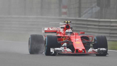 Ferrarin Kimi Räikkönen Kiinan GP:n ensimmäisissä harjoituksissa 7. huhtikuuta 2017.