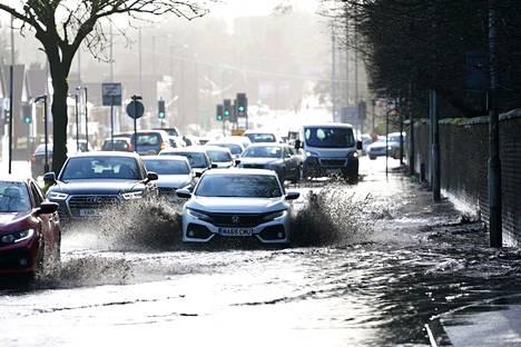 Britanniaan iskenyt Ciara-myrsky nosti tulvavettä kaduille Manchesterissa sunnuntaina.