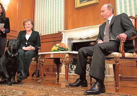 Saksan liittokansleri Angela Merkel tapasi Venäjän presidentti Vladimir Putinin labradorinnoutajan 21. tammikuuta 2007.