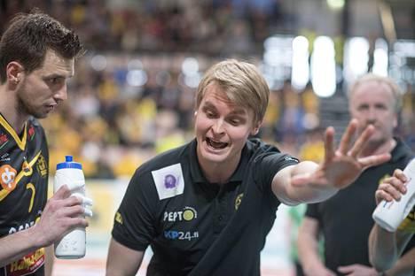 Tommi Tiilikainen teki Kokkolan Tiikerien päävalmentajana vakuuttavaa työtä. Sen jälkeen hän on valmentanut tuloksekkaasti ulkomailla. Suomen maajoukkueen päävalmentajaksi hän ei ole käytettävissä.