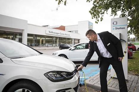Automyyjä Kai Kurki laittoi Volkswagen Golf GTE plug-in ladattavan hybridiauton lataukseen Herttoniemessä, Helsingin Volkswagen Centerissä.