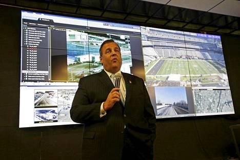 New Jerseyn kuvernööri Chris Christie vieraili keskiviikkona Super Bowlin turvallisuuskeskuksessa. Amerikkalaisen jalkapallon loppuottelu Super Bowl pelataan sunnuntaina New Jerseyssä sijaitsevalla stadionilla.
