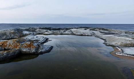 Lämmin merivesi pitää myös ilman lämpötiloja korkealla varsinkin rannikolla. Näkymä merelle Ytterlandissa Raaseporissa 27. heinäkuuta.