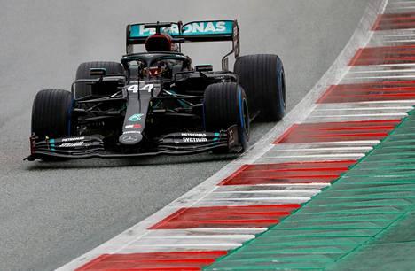Lewis Hamilton oli aika-ajojen ylivoimainen ykkönen kauden toisessa osakilpailussa.