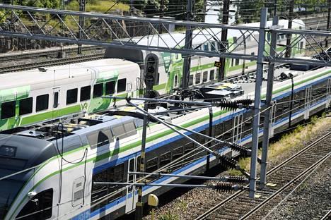 Junaliikenne pysähtyy maanantai-iltana kello 18 ja pyritään käynnistämään normaalisti taas keskiviikkoaamuna.
