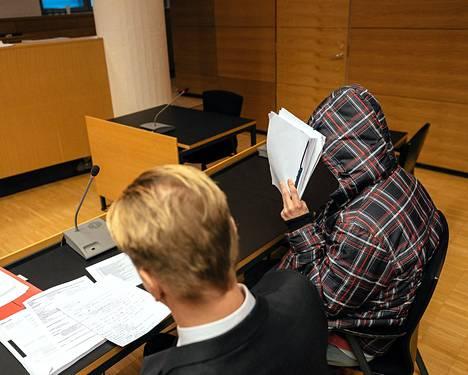 Helsingin yliopiston huumevarkauden oikeudenkäynti Helsingin käräjäoikeudessa toukokuun lopulla. Pääsyytetty oikealla.