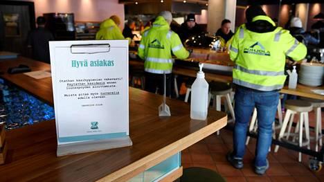 Ihmiset kävivät viime tiistaina lounaalla ravintola Zillassa Vantaan Tikkurilassa.