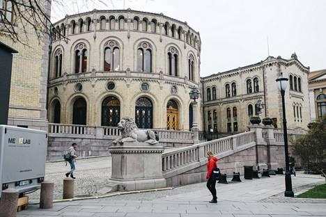 Norjan parlamentin eli Stortingetin 169 kansanedustajan joukossa maahanmuuttajataustaisten osuus on kasvanut hitaasti. Nyt Norjan valtio haluaa näyttää esimerkkiä nimettömässä työnhaussa.