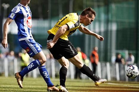 FC Hongan Juha Hakola potkaisi palloa Veikkausliigan ottelussa HJK:ta vastaan Tapiolan urheilupuistossa.
