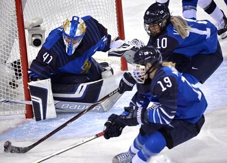 Noora Räty torjui vakuuttavasti USA-ottelussa. Petra Nieminen ja Linda Välimäki antoivat tukea.