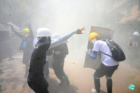 Mielenosoittajia vastaan käytettiin kyynelkaasua Myanmarin suurimmassa kaupungissa Yangonissa sunnuntaina.