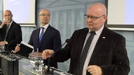 Kun työministeri Jari Lindström (oik.) kertoi hallituksen muutosehdotuksista irtisanomista helpottavaan laki esitykseen tiedotustilaisuudessa Helsingissä tiistaina, mukana olivat myös hallitusneuvos Jan Hjelt ja osastopäällikkö Antti Neimala.