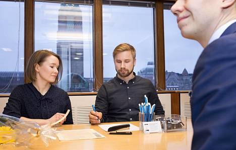 Käpylästä perjantaina asunnon ostaneet Ilari Lehtonen ja Annika Vänskä kilpailuttivat kolmea pankkia asuntolainan ehdoista. Danske Bankissa heitä palveli asiakkuuspäällikkö Markus Rinne.