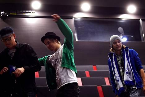 Suomen fanit Janne Typpi (vas.), Samu Puhakka ja Ville Valve harjoittelivat laulua Musiikkitalossa.