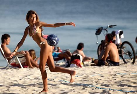 Brasilia tunnetaan bikinirantojen maana. Kuva on Rion Ipanema-rannalta heinäkuulta 2011.