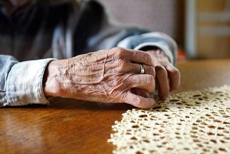 Yli 70-vuotiaat ovat riskiryhmää siksi, että heillä on muita suurempi riski sairastua vakavaan koronavirustautiin iän myötä seuraavan puolustuskyvyn alenemisen takia.