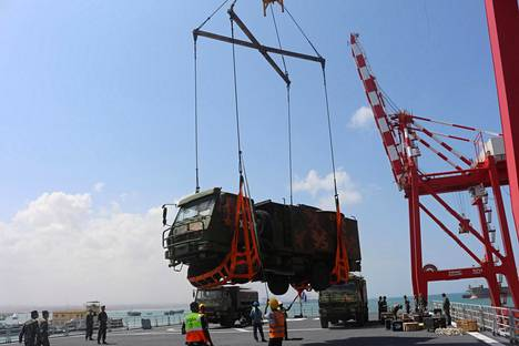 Kiina hankki Djiboutin rannikolta tukikohdan vuonna 2017. Kuvassa lastin purkua Djiboutin satamassa.