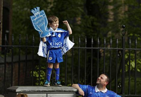 Leicester-jalkapallojoukkueen fanit valmistautuivat Valioliigan voittoparaatiin Leicesterissä.