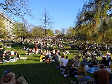 Sinebrychoffin puisto Helsingissä täyttyi väestä helatorstaina.