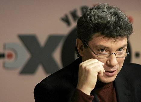 Boris Nemtsov radiohaastattelussa Moskovassa 26. joulukuuta.