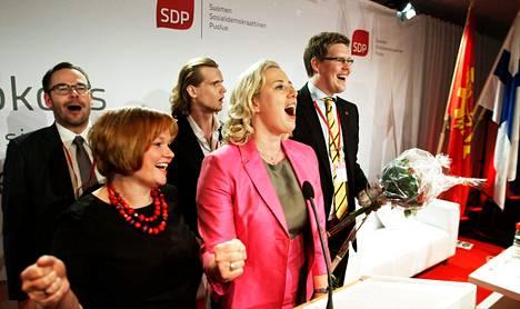 Uusi puoluejohto Nuorisomarssia laulamassa. Edessä varapuheenjohtaja Krista Kiuru ja puheenjohtaja Jutta Urpilainen, takana vasemmalta puolusihteeri Reijo Paananen ja varapuheenjohtajat Eero Vainio ja Antti Lindtman.