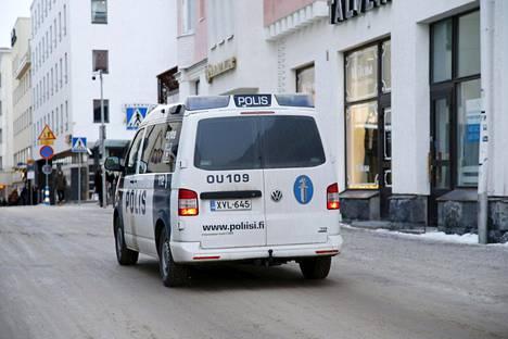 Poliisi partioi Oulussa viime sunnuntaina.