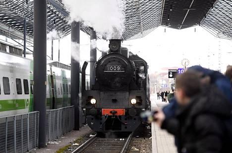 Pehr Evind Svinhufvudin paluusta Siperian-karkotuksesta on kulunut sata vuotta. Paluuta muistettiin tiistaina höyryjunamatkalla, jossa perinnevaunuja veti Ukko-Pekka-höyryveturi. Kuvassa Ukko-Pekka-veturi Helsingin Rautatieasemalla.