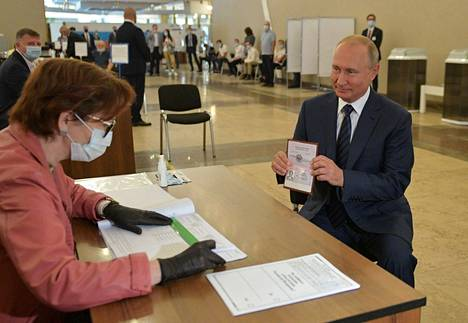 Presidentti Vladimir Putin näytti passiaan käydessään äänestämässä perustuslakiuudistuksesta keskiviikkona Moskovassa.