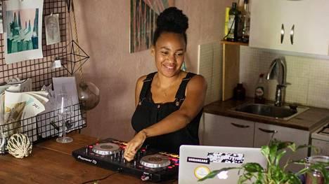 Sophia Wekesan työhön kuuluu Tyttöjen talon avoimen kahvilan ylläpitoa ja kahden ruskeiden tyttöjen ryhmän ohjaamista.