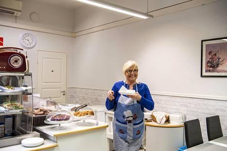 """Kahvilaa varten Merja Miettunen opetteli leipomaan. """"Kaiken oppii, kun vain tarpeeksi yrittää"""", hän sanoo."""