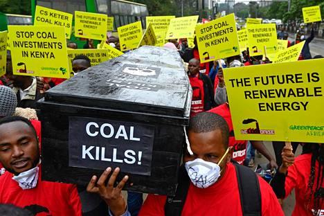 Aktivistit osoittivat mieltään hiilivoimalan rakentamista vastaan Lamussa Kenian rannikolla kesäkuussa. Oikeus päätti hyllyttää hankkeen, kunnes sen vaikutukset alueen luontoon ja paikallisyhteisöihin on tutkittu kunnolla.