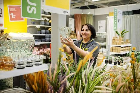 Sisustus on yksi Rustan tuotevalikoiman painopisteitä. Myymäläpäällikkö Tiina Ulmanen esitteli tuotteita Vantaan myymälässä.