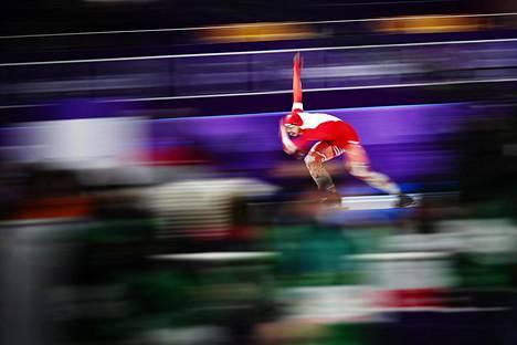 Puolan Artur Nogal jatkoi luisteluaan 500 metrin kisassa vaikka hän liukastui heti lähtöviivan jälkeen.