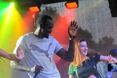Näin Usain Bolt tanssi sunnuntaina sponsorin juhlissa Moskovassa sunnuntaina.