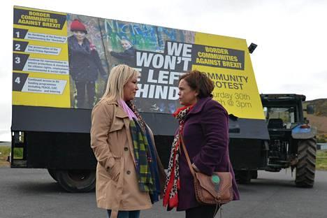 Irlannin yhdistymistä ajavan Sinn Féin -puolueen johtaja Mary Lou McDonald (oik.) ja varajohtaja Michelle O'Neill brexitin vastaisessa mielenosoituksessa tammikuussa 2019. O'Neill on myös Pohjois-Irlannin hallituksen varapääministeri.