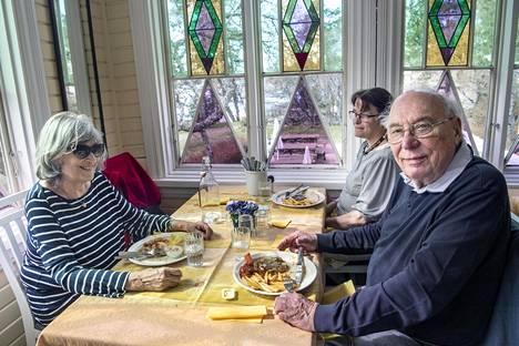 """Nina Banerjee-Louhija (vas.), Antti Louhija ja heidän tyttärensä Martina Nylander söivät lounasta Villa Pentryssä. Rantaraitin ravintolat ovat tulleet heille tutuiksi. """"Onneksi on niin paljon tarjontaa! Varsinkin kesällä paikat ovat hyvin suosittuja ja terassit ovat täynnä"""", Banerjee-Louhija sanoo."""
