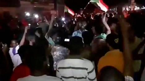 Sudanin Khartumissa juhlittiin ja heiluteltiin lippuja, kun tieto sovun saavuttamisesta tuli julkisuuteen.
